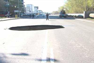 Фото: ГИБДД Тюменской области. Огромная яма образовалась прямо посреди улицы Харьковская