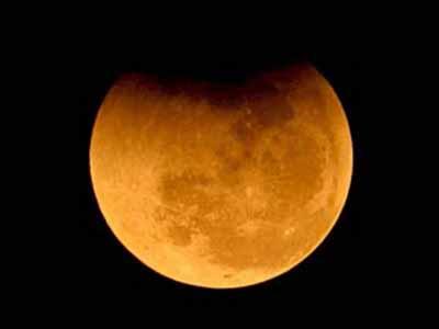 Полное лунное затмение смогут наблюдать в среду жители российского Дальнего Востока, Сибири и Зауралья
